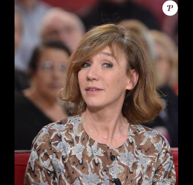 Virginie Lemoine sur le plateau de l'émission Vivement Dimanche sur France 2, le 5 février 2012.