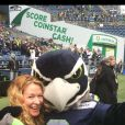 Sarah Colonna et la mascotte des Seahawks de Seattle - photo publiée sur le compte Twitter de Jon Ryan le 10 novembre 2014