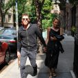 Sam Worthington et Lara Bingle arrivent à leur hôtel à New York. Lara porte une robe avec un décolleté sexy. Le 20 septembre 2014  Couple Sam Worthington and Lara Bingle seen arriving at their hotel in New York City, New York on September 20, 2014. Rumors are swirling that the couple is expecting their first child together and it looks like Lara is trying to hide her stomach behind a black leather jacket.20/09/2014 - New York