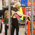 Exclusif - Tori Spelling fait du shopping à Sherman Oaks, le 29 décembre 2014.