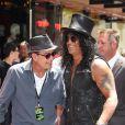 Slash honoré d'une étoile sur le Hollywood Walk of Fame devant son ami Charlie Sheen, Robert Evens et Jim Ladd, à Los Angeles le 10 juillet 2012