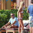 Exclusif - Tara Reid, très amaigrie, se relaxe au bord d'une piscine avec des amis à Mexico, le 30 décembre 2014.