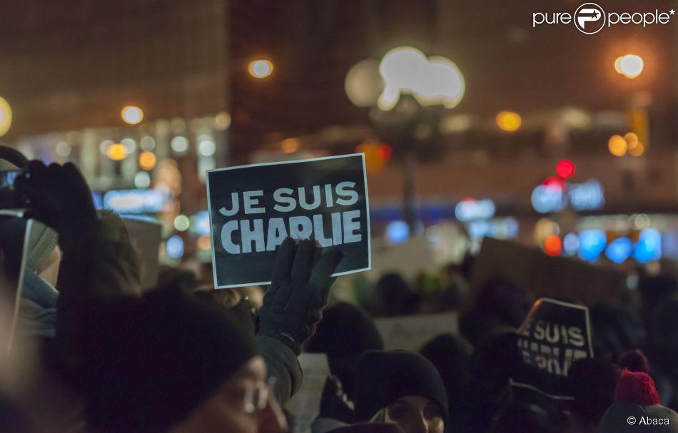 Des centaines de personnes se sont rassemblées à New York pour soutenir la France edeuillée par le massacre de Charlie Hebdo le 7 janvier 2014
