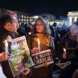 Des centaines de personnes se sont rassemblées à Berlin pour soutenir la France edeuillée par le massacre de Charlie Hebdo le 7 janvier 2014