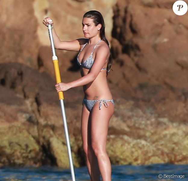 Exclusif - L'actrice Lea Michele profite de la dernière journée de 2014 pour faire du paddle board à Cabo San Lucas, au Mexique, le 31 décembre 2014.