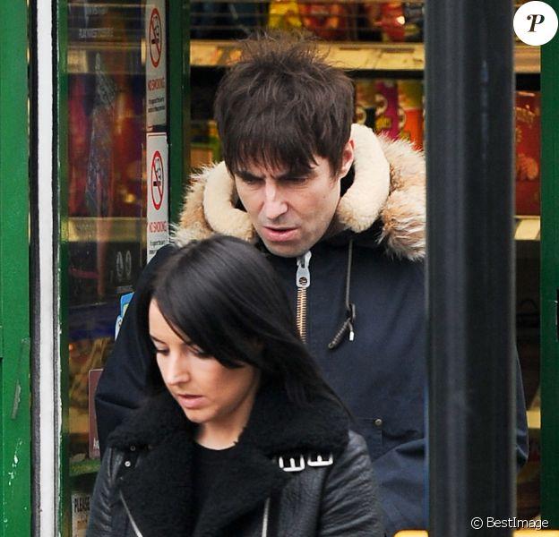Liam Gallagher et sa compagne Debbie Gwyther se promènent dans les rues de Londres, le 6 janvier 2014. Le rockeur aurait présenté sa nouvelle amoureuse à sa mère durant les fêtes de Noël qu'il a passées à Manchester.