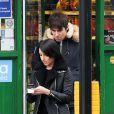 Liam Gallagher et sa compagne Debbie Gwyther se promènent dans les rues de Londres, le 6 janvier 2014. Le rockeur aurait présenté sa nouvelle amoureuse à sa mère durant les fêtes.