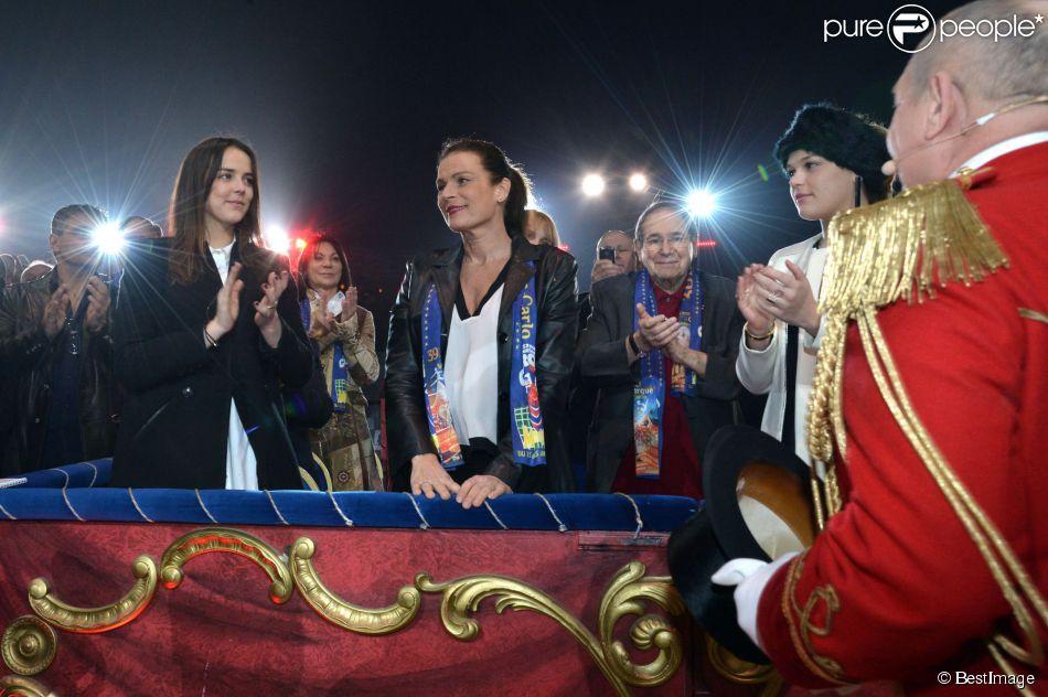 La princesse Stéphanie de Monaco applaudie par ses filles Camille Gottlieb et Pauline Ducruet, mais aussi Robert Hossein et sa femme Candice Patou, le 18 janvier 2015 au chapiteau Fontvieille, au 4e soir du 39e Festival International du Cirque de Monte-Carlo.
