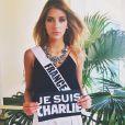 """Camille Cerf à l'élection Miss Univers 2015 en Floride. Elle a pris la pose avec la pancarte """"Je suis Charlie"""". Janvier 2015."""