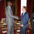 Le prince Harry a rencontré la star de la NBA Carmelo Anthony lors de la cérémonie de remise de diplômes de CoachCore le 14 janvier 2015 au palais St James, à Londres.