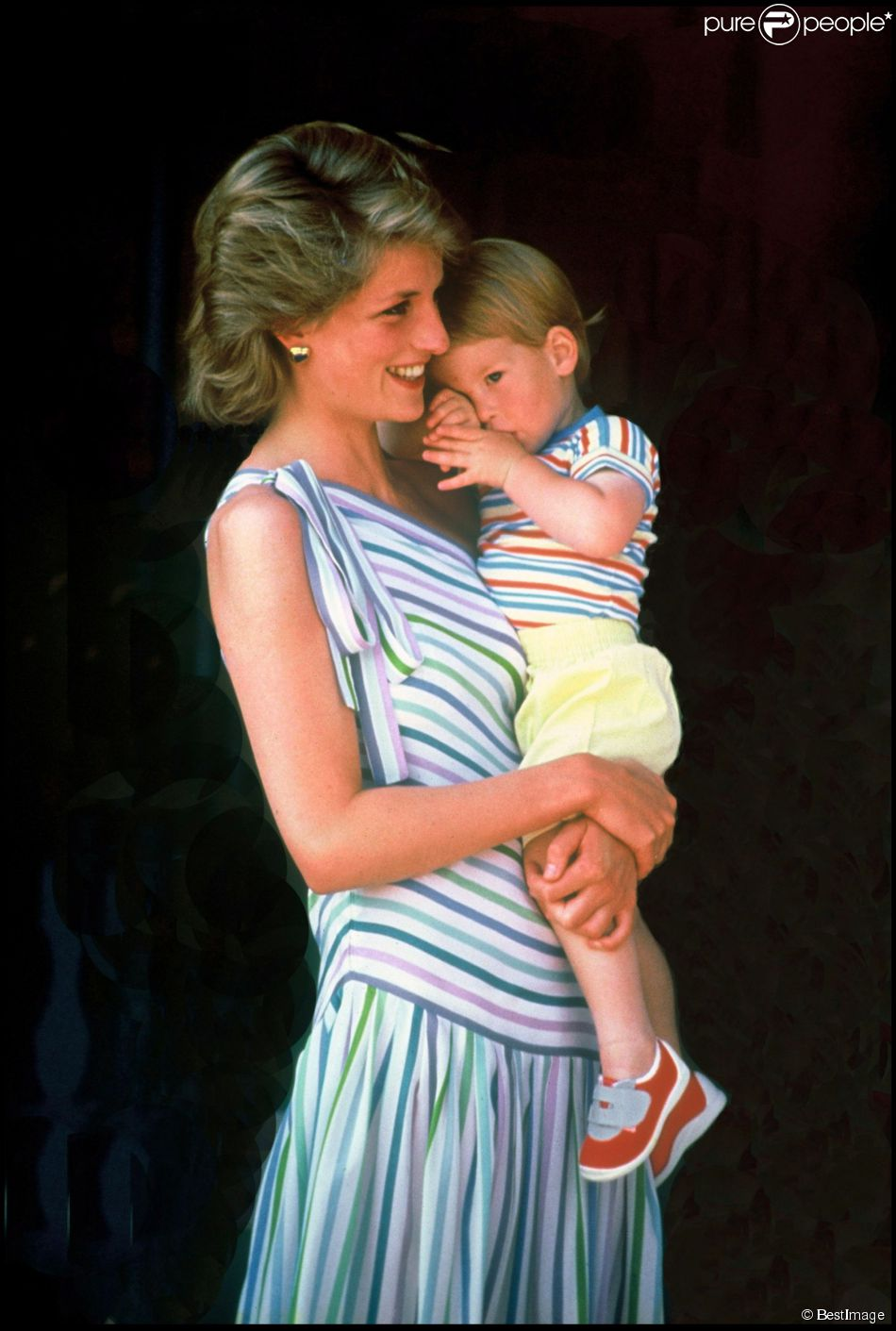 Lady Diana avec le prince Harry, 2 ans, dans les bras en 1986 à Palma de Majorque, chez la famille royale d'Espagne