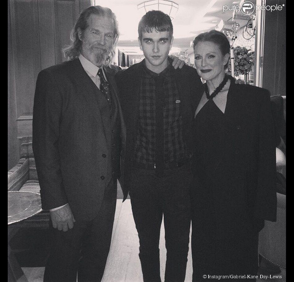 """Gabriel-Kane Day-Lewis entouré de Julianne Moore et Jeff Bridges lors de la première du """"Septième fils"""" à New York, le 30 janvier 2015."""