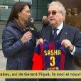 """Amador Bernabeu, l'arrière grand-père de Sasha, le deuxième enfant de Shakira et Gerard Piqué, devant le Camp Nou à Barcelone. Il vient de lui obtenir sa carte de """"soci"""" (supporter-adhérent) du club le 30 janvier 2015."""