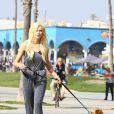Ireland Baldwin photographiée avec son chien à Venice Beach, le 5 février 2015