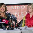Elisabetta Canalis et Cathy Lugner lors d'une conférence de presse pour le Bal de l'Opéra de Vienne 2015 à Vienne le 11 février 2015