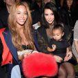Beyoncé à la fashion week de New York le 12 février, prenant la pose avec Kim Kardashian et la petite North West.