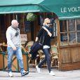 """Charlize Theron sort du restaurant """"Le Voltaire"""" après y avoir déjeuné à Paris, le 19 février 2015."""
