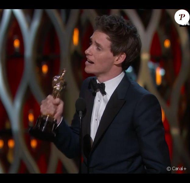 Oscars 2015 : Eddie Redmayne reçoit le prix du meilleur acteur pour Une merveilleuse histoire du temps