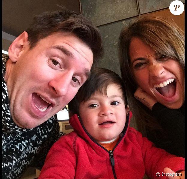 Lionel Messi fête les 26 ans de sa belle Antonella avec leur fils Thiago (2 ans) le 26 février 2015.