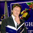 Paul McCartney dédicade son premier livre pour enfants High In The Clouds chez Barnes And Nobles à New York le 5 octobre 2005