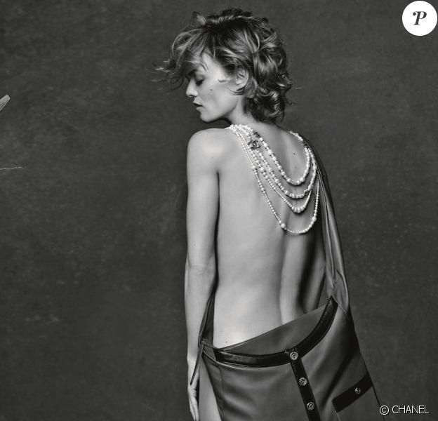 Vanessa Paradis a posé nue pour Karl Lagerfeld et Chanel. L'artiste est l'égérie du nouveau sac de la maison, le Girl