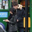 Liam Gallagher et Debbie Gwyther se promènent dans les rues de Londres, le 6 janvier 2014. Le rockeur aurait présenté sa compagne à sa mère durant les fêtes de Noël qu'il a passées à Manchester.