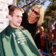 """Olivia Newton-John participe à une journée caritative """"St. Baldricks's Day Headshaving"""" à Las Vegas, le 7 mars 2015"""