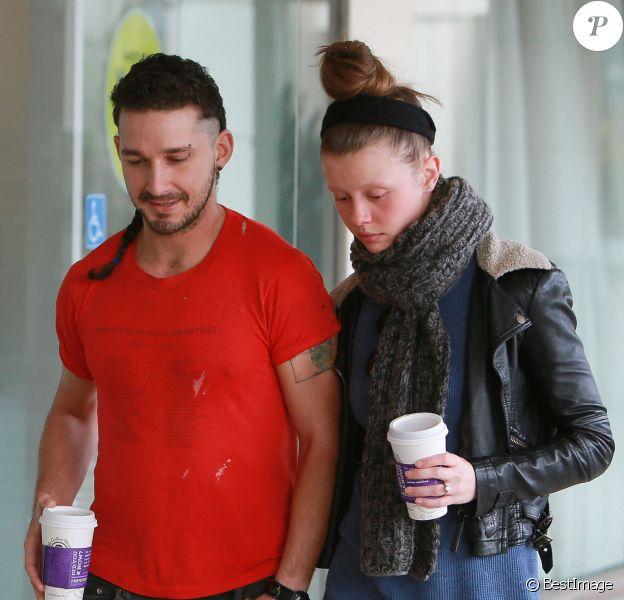 Shia LaBeouf qui arbore un piercing sur l'arcade et une queue-de-rat et les tempes rasées, se promène avec sa petite amie Mia Goth à Studio City le 28 février 2015. La jeune femme porte une énorme bague à son annulaire gauche.