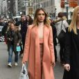 Jessica Alba se promène dans les rues de New York, le 10 mars 2015. Elle porte un sac de la marque Kenzo.