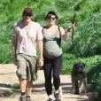 Milla Jovovich, très enceinte, et son mari Paul W.S. Anderson se promènent avec leurs chiens sur les hauteurs de Los Angeles, le 13 mars 2015.