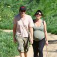 Milla Jovovich (enceinte et à deux semaines et demi du terme) et son mari Paul W. S. Anderson en randonnée sur les hauteurs de Beverly Hills, Los Angeles, le 13 mars 2015.
