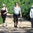 Milla Jovovich très enceinte fait de la randonnée au Runyon Canyon avec des amies à Hollywood, le 12 mars 2015.