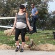 Milla Jovovich très enceinte fait une randonnée avec ses chiens à Los Angeles, le 10 mars 2015.