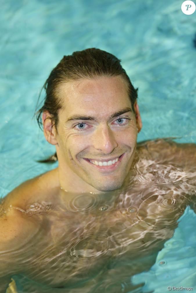 Camille lacourt lors du d fi de l 39 eau la piscine claude for Piscine de berre