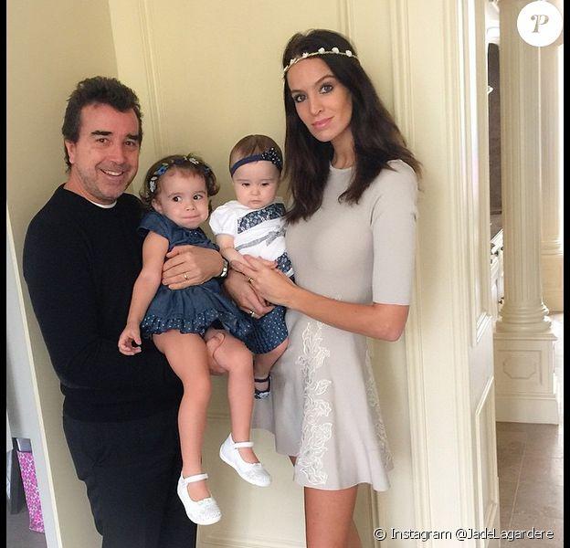 Arnaud Lagardère, Liva, Mila et Jade Foret posent en famille, le 14 mars 2015.