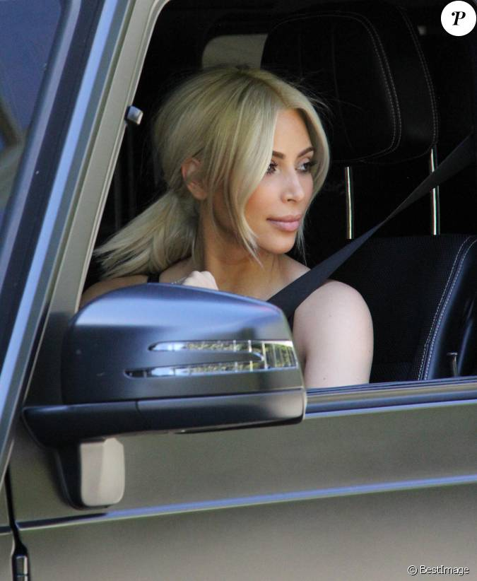kim kardashian au volant de son 4 4 beverly hills le 14 mars 2015. Black Bedroom Furniture Sets. Home Design Ideas