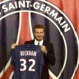 David Beckham prend la pose après sa signature pour le PSG, au Parc des Princes à Paris le 31 janvier 2013