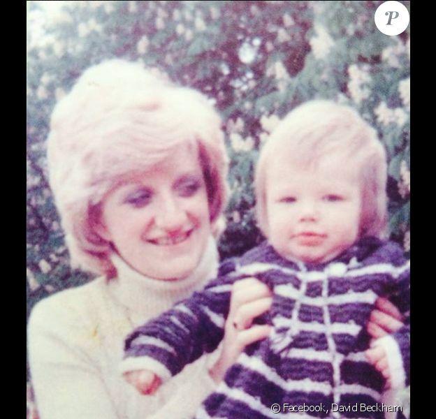 David Beckham et sa maman, photo publiée sur son compte Facebook le jour de la fête des mères, le 15 mars 2015