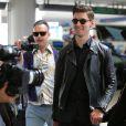 Natalia Kills et son époux Willy Moon à l'aéroport de Los Angeles, le 17 mars. Ils reviennent de Nouvelle-Zélande où ils ont été virés du programe X Factor pour avoir humilié un candidat. Le couple est désormais la risée du web.