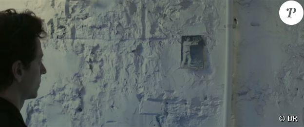 Raphaël contemplant l'image d'un Pierrot utilisée en couverture d'une édition de Voyage au bout de la nuit de Céline, dans le clip de Somnambule, en mars 2015
