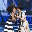 Janelle Monae remet à Erykah Badu le Rock Star Award lors de la cérémonie Black Girls Rock au NJ Performing Arts Center. Newark, le 28 mars 2015.