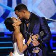Will Smith embrasse son épouse Jada Pinkett Smith et lui remet son Star Power Award lors de la cérémonie Black Girls Rock au NJ Performing Arts Center. Newark, le 28 mars 2015.