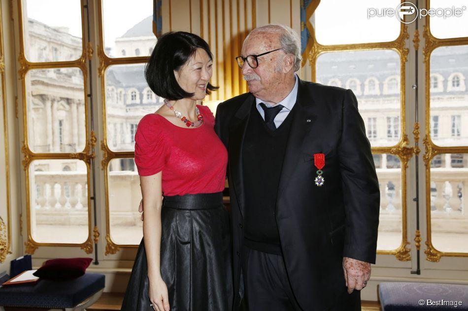 Jean Becker pose avec la Ministre de la Culture Fleur Pellerin lors de la cérémonie le décorant de Officier de l'ordre national de la Légion d'honneur au Ministère de la Culture à Paris, le 30 mars 2015