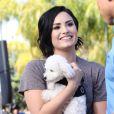 """Demi Lovato se rend, accompagnée de son petit caniche blanc, à l'émission """"Extra"""" de Mario Lopez pour une interview à Universal City, le 3 mars 2015"""