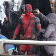 """Ryan Reynolds, sous la pluie, lors du tournage de """"Deadpool"""" à Vancouver, le 13 avril 2015"""