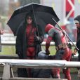 """Ryan Reynolds et son double, sous la pluie, lors du tournage de """"Deadpool"""" à Vancouver, le 13 avril 2015"""