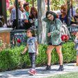 Kourtney Kardashian et ses enfants Mason et Penelope aux Commons. Calabasas, Los Angeles, le 11 avril 2015.