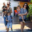 Kim Kardashian, sa fille North, Kourtney Kardashian et ses enfants Mason et Penelope à Calabasas, le 28 mars 2015.
