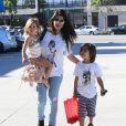 Kourtney Kardashian et ses enfants Penelope et Mason à Los Angeles, le 25 mars 2015.
