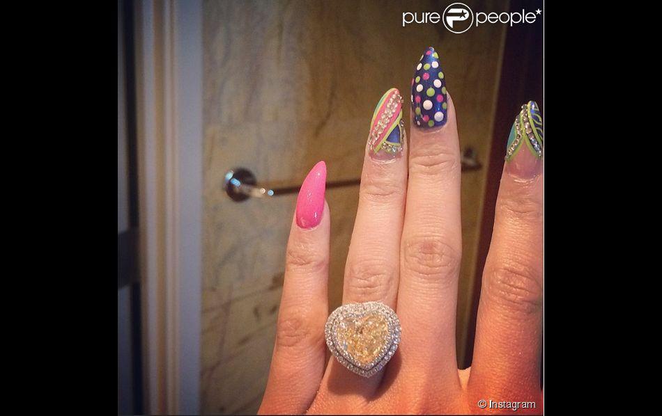 Nicki Minaj s'est-elle fiancée ? La rappeuse a publié la photo d'une sublime bague offerte par son petit ami Meek Mill. Photo publiée le 15 avril 2015.